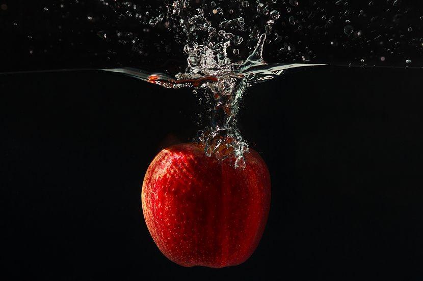 яблоко в воде
